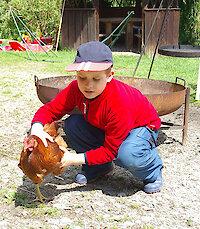 Kinder und Tiere auf dem Ferienhof in Bayern